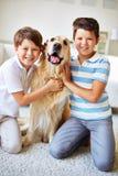 Enfants et leur animal familier photographie stock