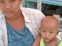 Enfants et mère sur le pont d'amitié Images libres de droits