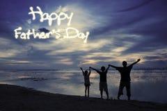 Enfants et papa avec le texte de fête des pères Photo libre de droits