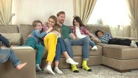 Enfants et parents dans le lent-MOIS clips vidéos