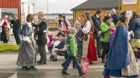 Enfants et personnes de la jeunesse dans des costumes régionaux colorés Images stock