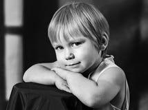 Enfants et pigeons Photo noire et blanche Fille et garçon blanc de soeur d'isolement par frère de fond photos libres de droits