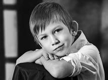 Enfants et pigeons Photo noire et blanche Fille et garçon blanc de soeur d'isolement par frère de fond images stock