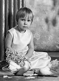 Enfants et pigeons Photo noire et blanche Fille et garçon blanc de soeur d'isolement par frère de fond photographie stock