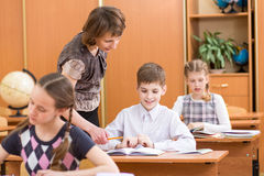 Enfants et professeur d'école à la leçon Photos libres de droits