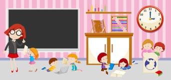 Enfants et professeur dans la salle de classe Photos stock
