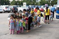 Enfants et professeurs de jardin d'enfants Photos stock
