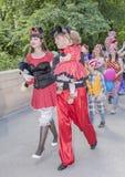 Enfants et promenade de parents dans des costumes de carnaval Photographie stock libre de droits
