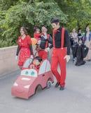 Enfants et promenade de parents dans des costumes de carnaval Image libre de droits