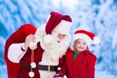 Enfants et Santa avec des cadeaux de Noël photographie stock