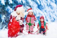 Enfants et Santa avec des cadeaux de Noël photos libres de droits