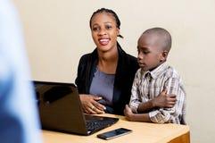 Enfants et technologie de l'information images stock