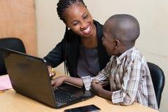 Enfants et technologie de l'information image libre de droits
