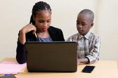 Enfants et technologie de l'information photographie stock libre de droits