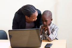 Enfants et technologie de l'information images libres de droits