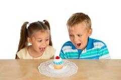 Enfants et un petit gâteau image stock