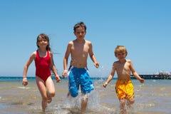 Enfants exécutant dans l'eau Photo libre de droits