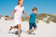 Enfants exécutant sur la plage Photo libre de droits