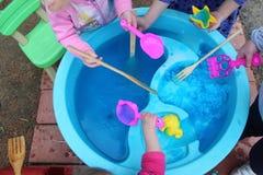 Enfants explorant la gelée de Bath dans une nappe phréatique images libres de droits