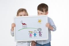 Enfants féminins et masculins cachant leur visage photographie stock