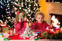 Enfants faisant cuire au four le réveillon de Noël Photo libre de droits