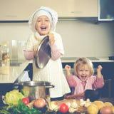 Enfants faisant cuire dans la cuisine Photos libres de droits