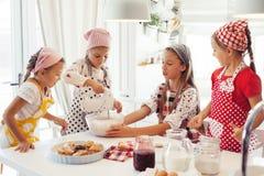 Enfants faisant cuire dans la cuisine Photo libre de droits