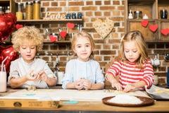 Enfants faisant cuire des biscuits Image stock
