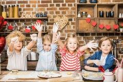 Enfants faisant cuire des biscuits Photos libres de droits