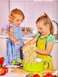 Enfants faisant cuire à la cuisine Photographie stock