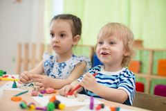 Enfants faisant des arts et des métiers au centre de soins de jour photo libre de droits
