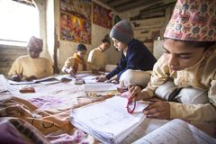Enfants faisant des devoirs à l'école de Jagadguru Image stock