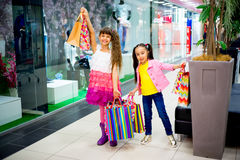 Enfants faisant des emplettes dans le mail Photographie stock