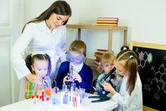 Enfants faisant des expériences de la science Images libres de droits