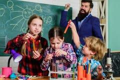 Enfants faisant des exp?riences de la science ?ducation Laboratoire de chimie professeur heureux d'enfants De nouveau ? l'?cole f image stock