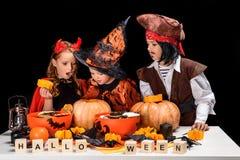Enfants faisant des lanternes du cric o de Halloween Photo stock