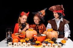 Enfants faisant des lanternes du cric o de Halloween Image stock
