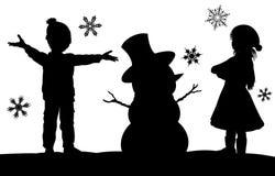 Enfants faisant la scène de silhouette de Noël de bonhomme de neige Image libre de droits