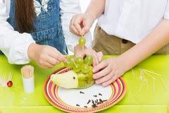 Enfants faisant le hérisson de fruit Photo libre de droits
