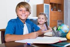 enfants faisant le travail Photographie stock