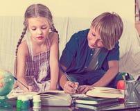 enfants faisant le travail Image libre de droits