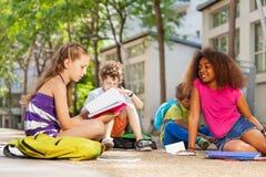 Enfants faisant le travail dehors ensemble Photo stock
