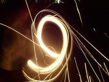 Enfants faisant propres feux d'artifice avec de beaux effets image libre de droits