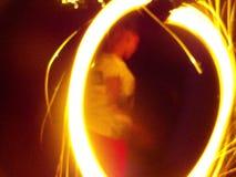 Enfants faisant propres feux d'artifice avec de beaux effets photographie stock
