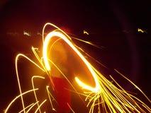 Enfants faisant propres feux d'artifice avec de beaux effets photographie stock libre de droits