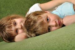 Enfants fatigués ayant le reste Images libres de droits