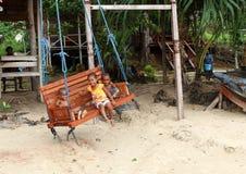Enfants - fille et garçons sur l'oscillation Images libres de droits