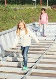 Enfants - filles jouant sur le bateau Photo stock