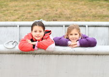 Enfants - filles se penchant sur le bateau Image libre de droits