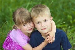 Enfants frère et soeur s'étreignant Photos libres de droits